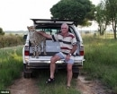 A Jolie le encanta viajar junto con el Dr. Japie Pienaar cuando conduce por la selva